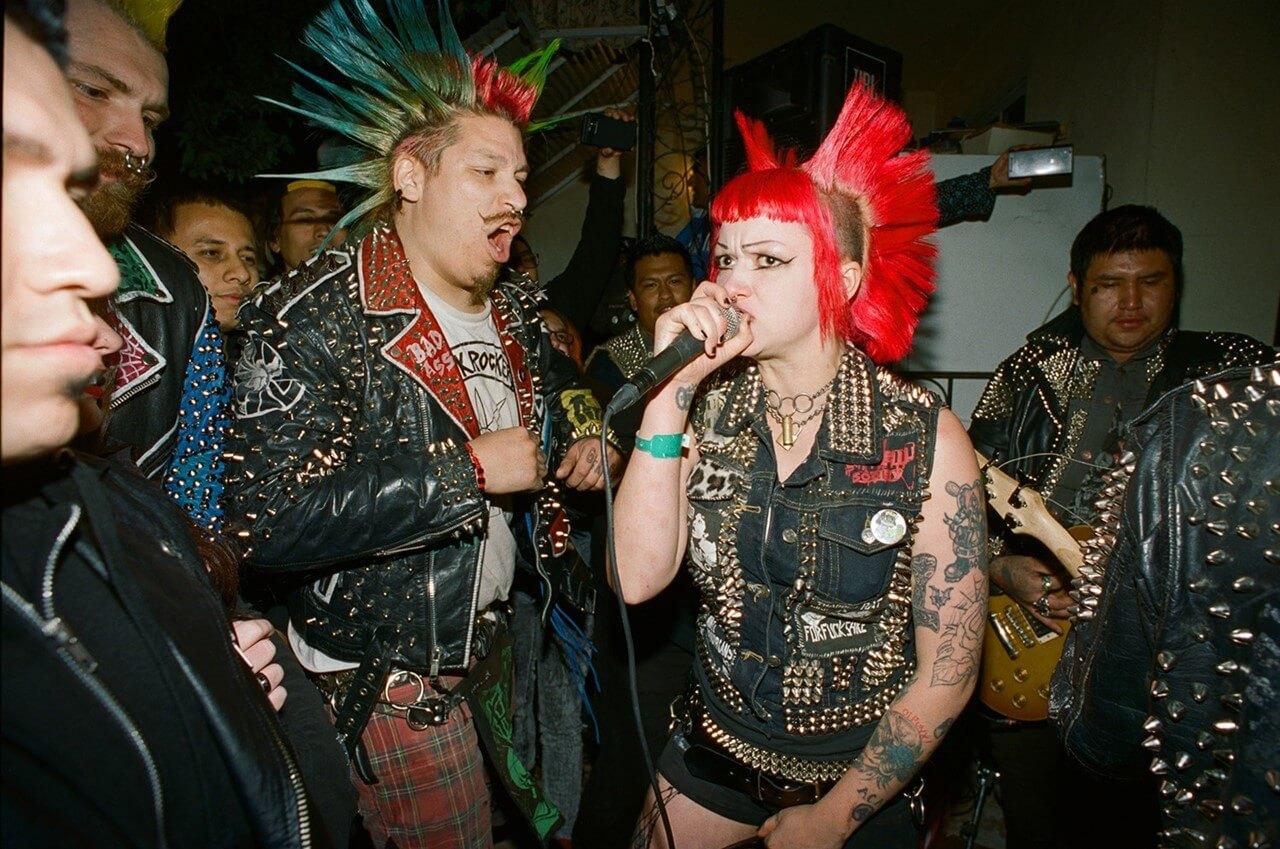 Angela Boatwright: Retratos de las mujeres rebeldes de la escena punk latina en L.A.