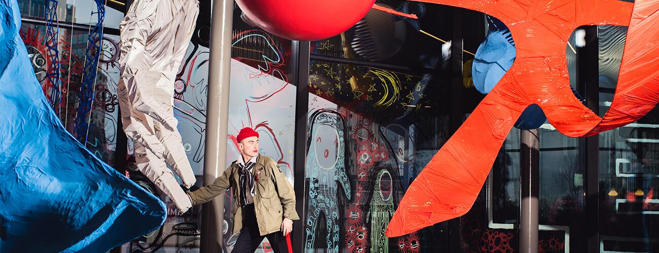 """Charles Jeffrey en su exhibición """"The Come Up"""". Fotografía: NOW Gallery"""
