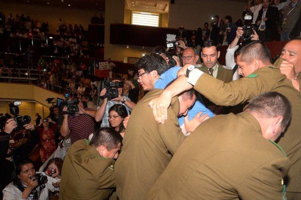 Carabineros desalojando a radicales conservadores del Congreso durante la aprobación del proyecto. Fotografía: 24horas.cl