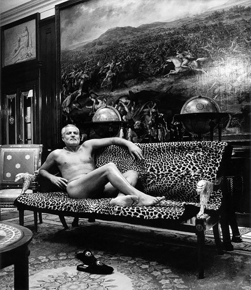 Helmut Newton: Retratos inéditos NSFW de Gianni Versace y Andy Warhol llenos de monocromía y voyeurismo