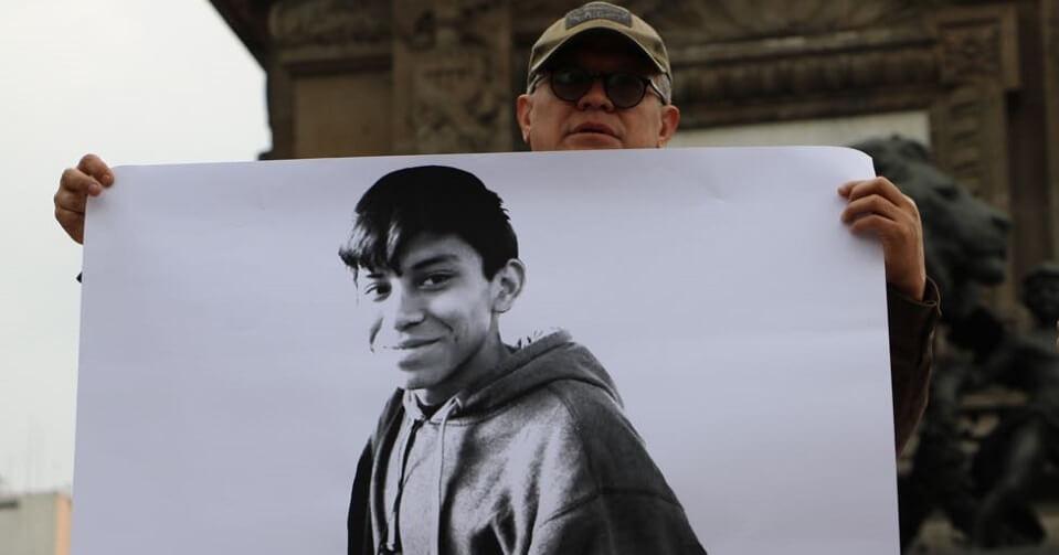 Imagen de Marco Antonio en una de las protestas en la CDMX por su desaparición. Fotografía: Animal Político