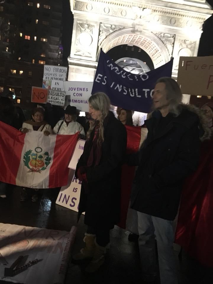 Patti Smith en NYC durante la protesta contra Fujimori. Fotografía: eduardo González/Twitter