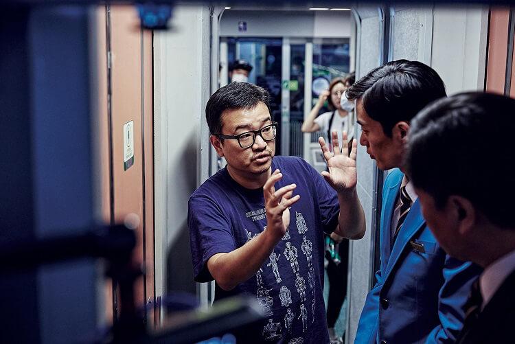 """Yeon Sang-ho durante el rodaje de """"Train To Busan"""". Fotografía: Variety"""