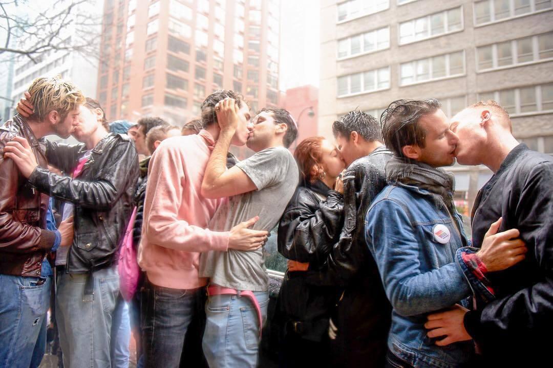 Estos activistas se besaron como protesta a la violencia LGBTI+ en Uzbekistán, Azerbaiyán y Tayikistán