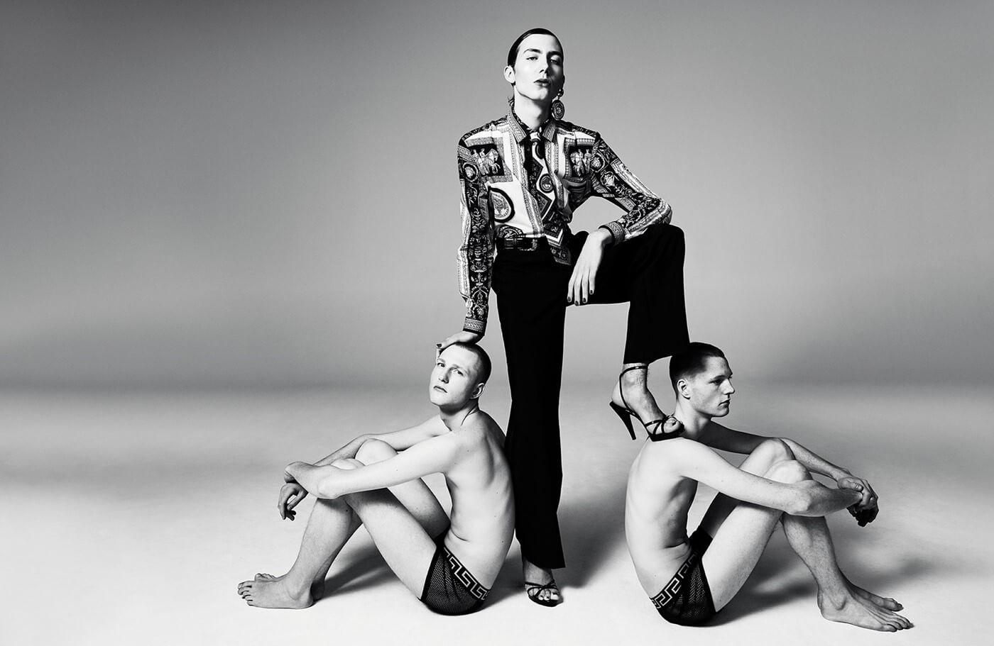 Donatella cumple 20 años en Versace con una colección punk rock bizantina llena de greatest hits