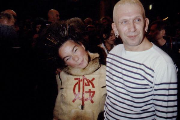 Björk y Jean-Paul gaultier en el backstage de la colección A/W 1994 del diseñador. Fotografía: Getty/Archivo