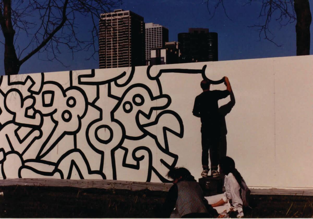 Keith Haring pintando los bordes del mural. Fotografía: Irving Zucker