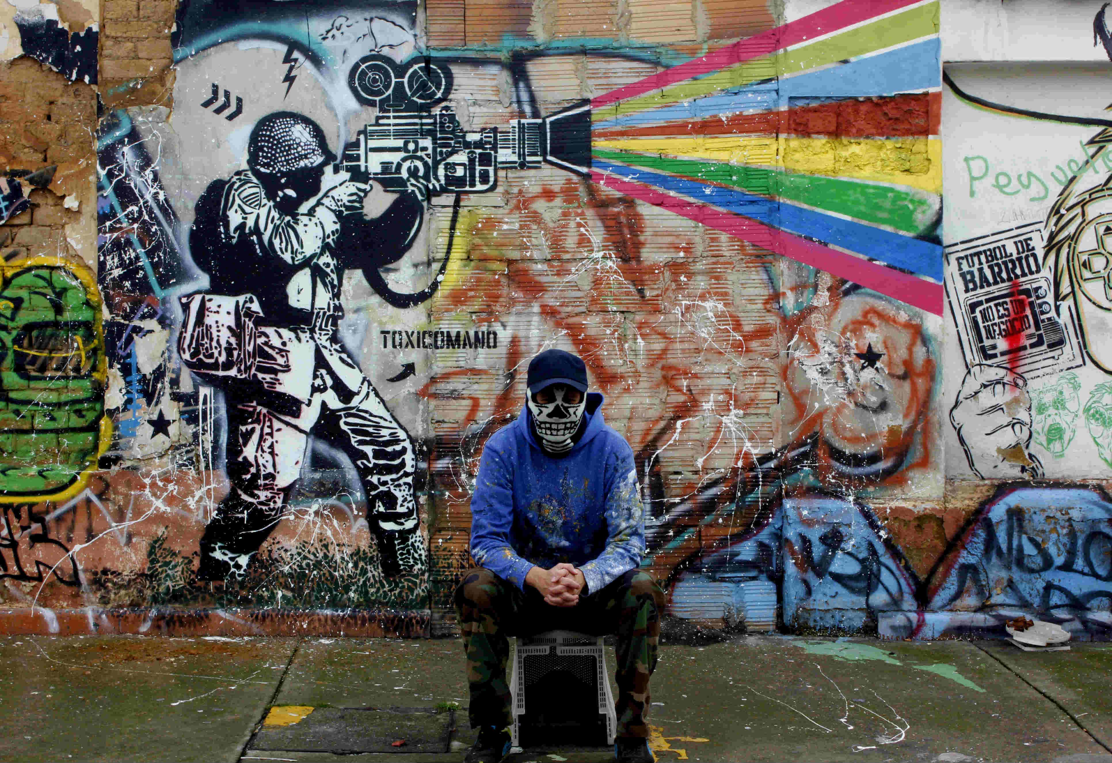 Kick ass! Graffitis en Colombia retan a los jóvenes a patear las urnas con su voto