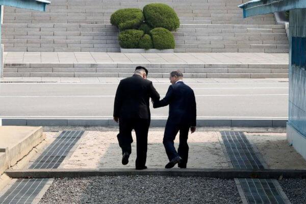 Kim Jong-Un y Moon Jae-in se dan la mano en la frontera de ambas coreas. Fotografía: Reuters