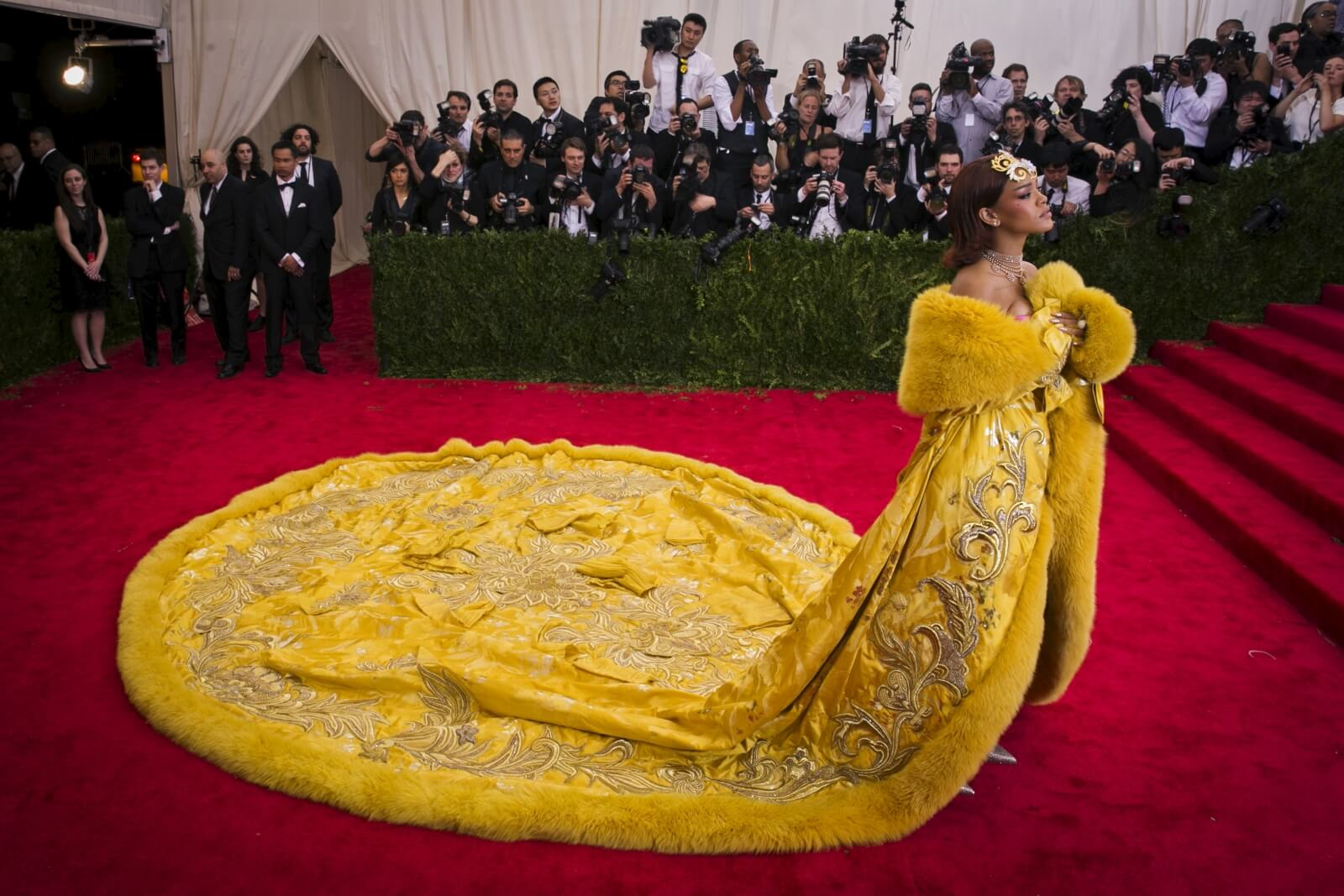 """Yellow is Forbidden"": El documental sobre Guo Pei, creadora del look de Rihanna en la Met Gala"