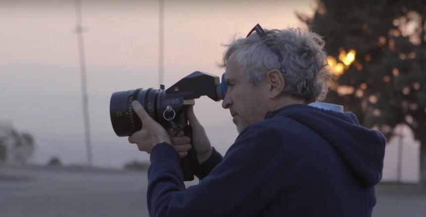 """Alfonso Cuarón en el rodaje de """"Roma"""". Imagen: Sopitas"""