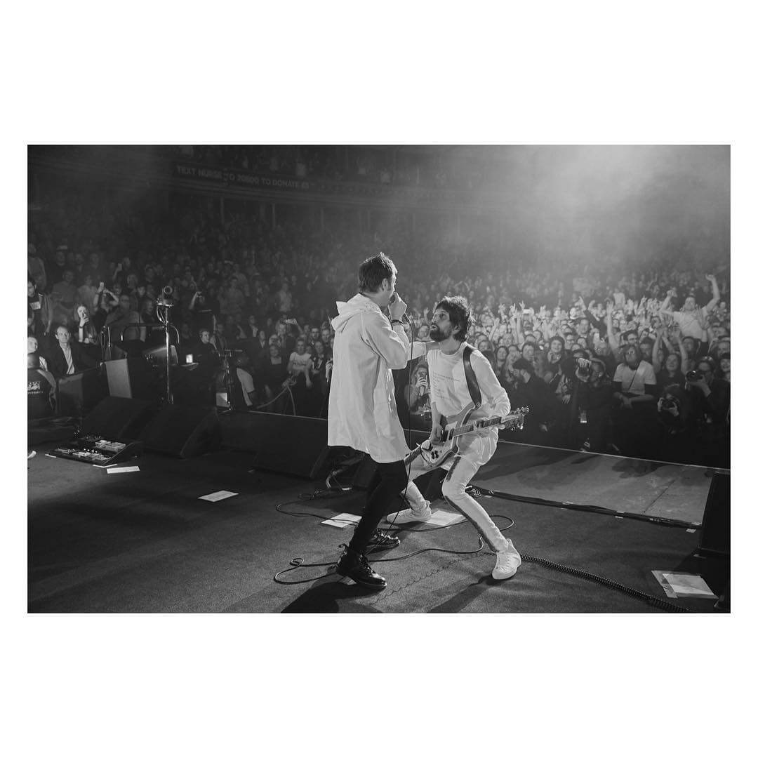 Tom Meeghan y Serge Pizzorno en el concierto del Teenage Cancer Trust realizado esta semana. Fotografía: Neil Bedford