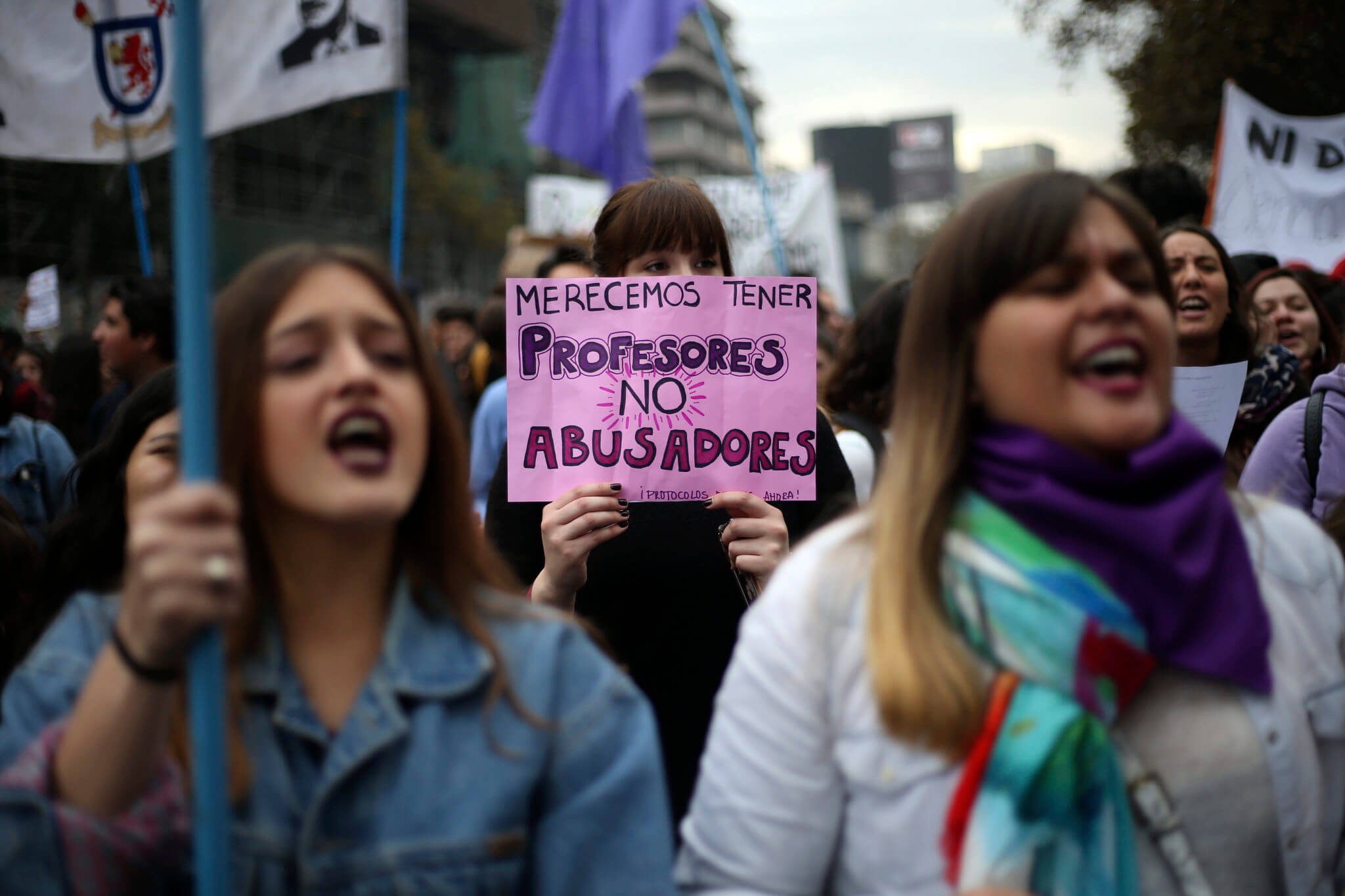 """Cientos de estudiantes comienzan a llegar hasta Plaza Italia, para participar de una nueva marcha feminista convocada por la Confech: """"Contra la violencia machista, educación no sexista"""". Fotografía: Cristóbal Escobar/Agencia Uno"""