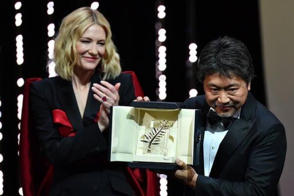 Hirokazu Kore-eda recibiendo la Palme D'Or de manos de Cate Blanchett, presidenta del jurado de Cannes. Fotografía: Alberto Pizzoli/AFP