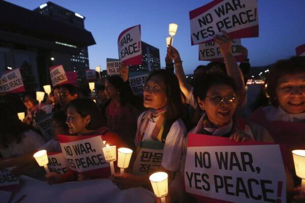Un grupo de mujeres organizan una manifestación por la paz en la península de Corea cerca de la Embajada de los Estados Unidos en Seúl esta semana. Fotografía: AP/Ahn Young-joon