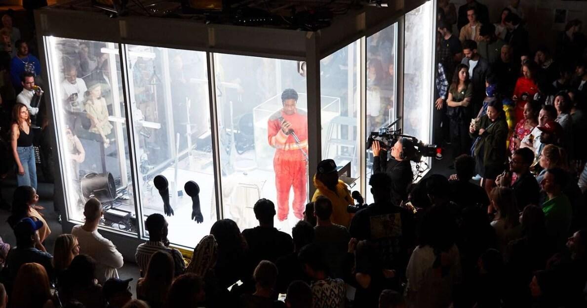 """A$AP Rocky se convierte en una pieza de performance artístico en """"Lab Rat"""""""