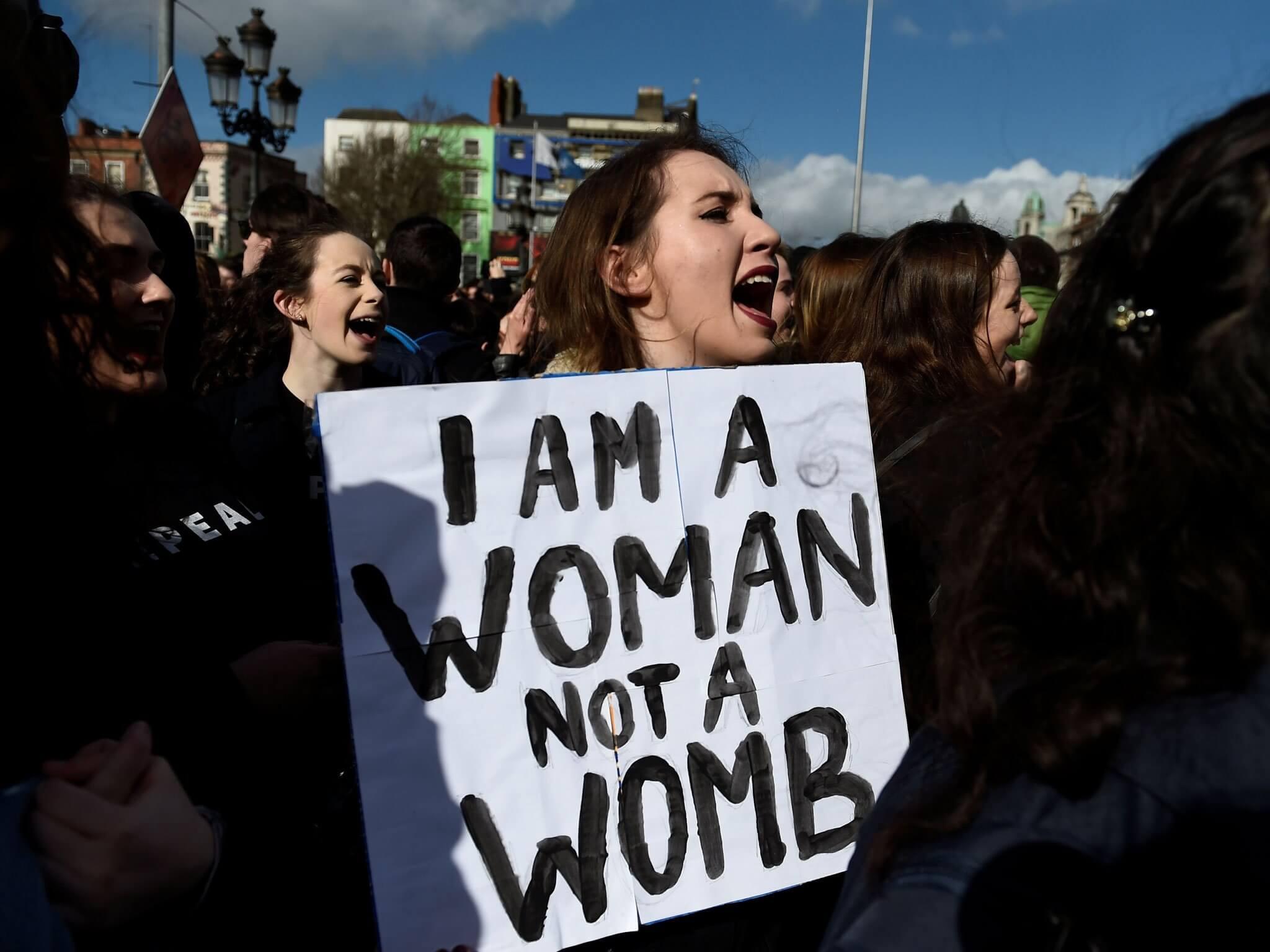 Protesta en Irlanda a principios de este año a favor del cambio de ley que penaliza el aborto. Imagen: Getty/The Indeendent