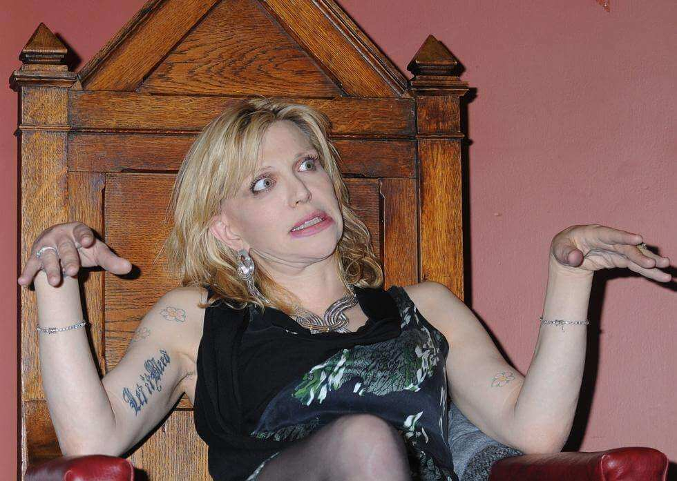 "El ex de Frances Bean Cobain demanda a Courtney Love por ""tratar de matarlo"" por la guitarra de Kurt"