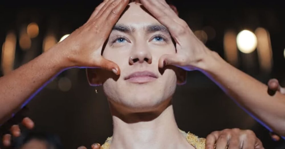 Olly Alexander de Years & Years en el video