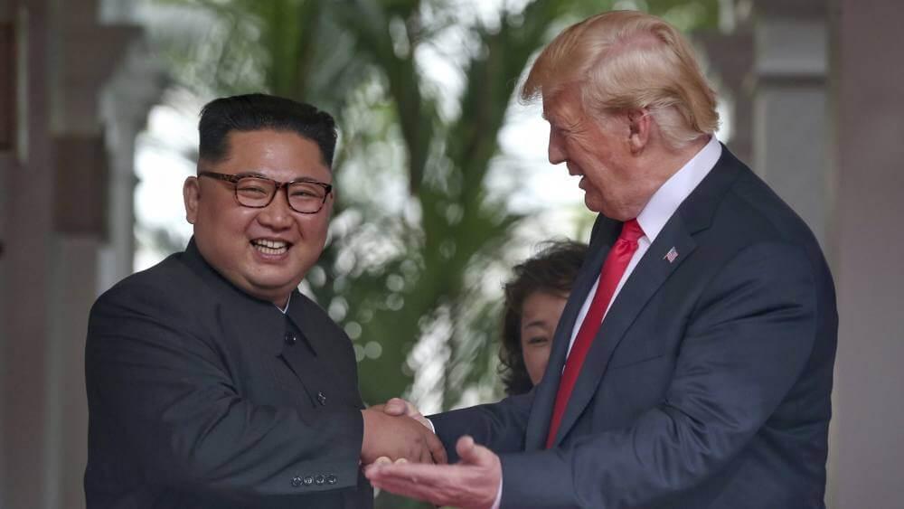 Kim Jong-Un y Donald Trump al salir de la reunión el día de hoy. Fotografía: AP