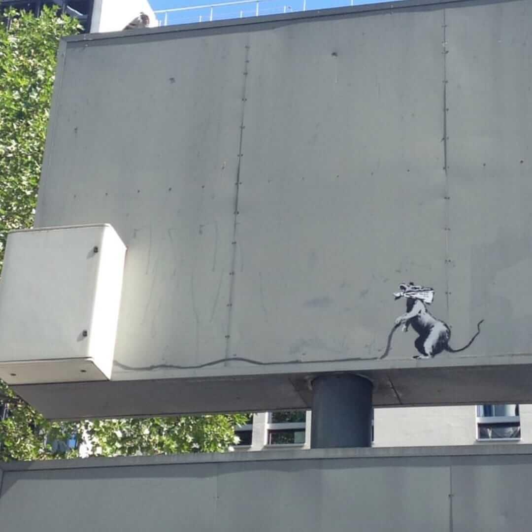 Uno de los murales de Banksy en París. Imagen: Nora Soul/Twitter