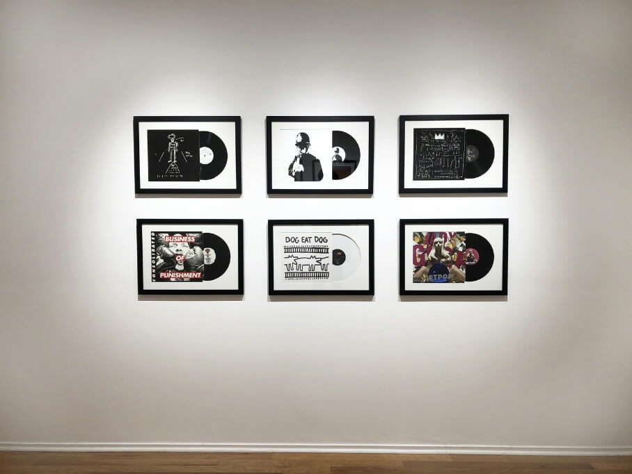 El disco diseñado por Basquiat en una exhibición de carátulas realizada por MoMa. Imagen: Artsy