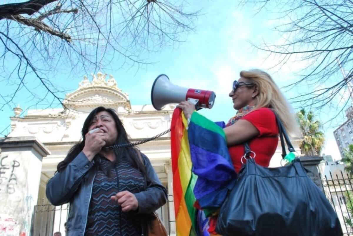 Diana Sacayán (izquierda) en uno de los rallys en pro de la comunidad trans de Argentina. Imagen: Clarín