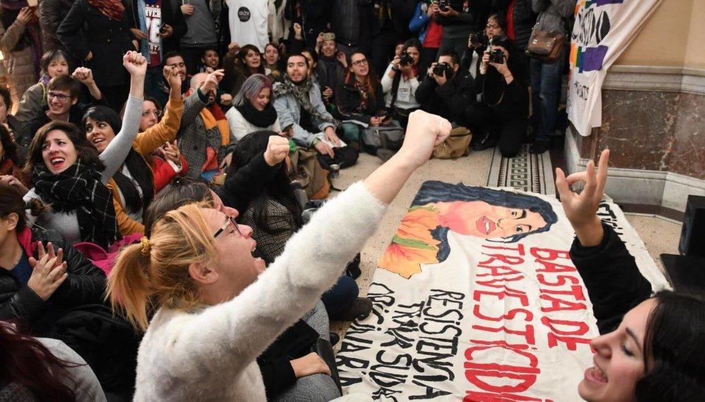 Celebración de activistas LGBTQI+ a las afueras del tribunal. Imagen: El Tribuno