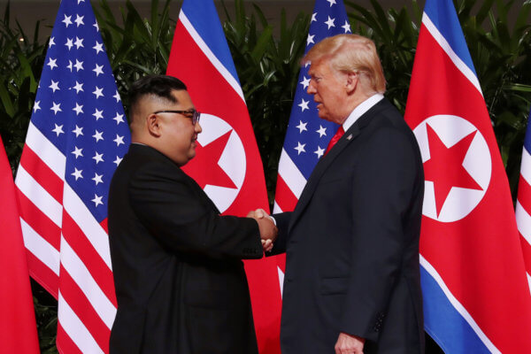 Kim Jong Un y Donald Trump se dan la mano ante la prensa luego de la reunión del día de hoy. Imagen: Evan Vucci/AP