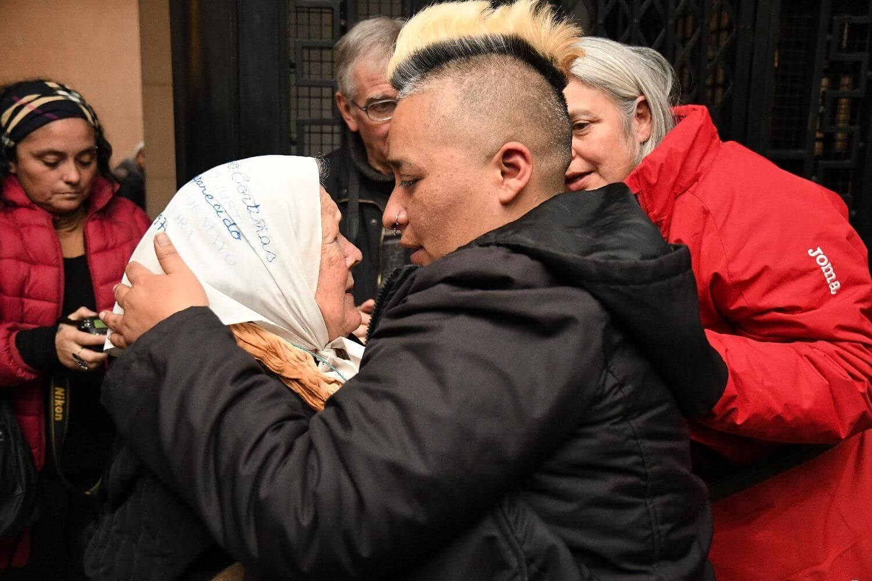 Familia de Diana Sacayán luego de escuchar la sentencia. Imagen: La Voz Del Pueblo