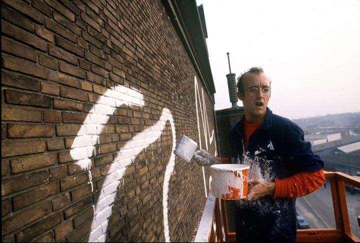 Keith Haring pintando el mural en 1986. Imagen: Juxtapoz