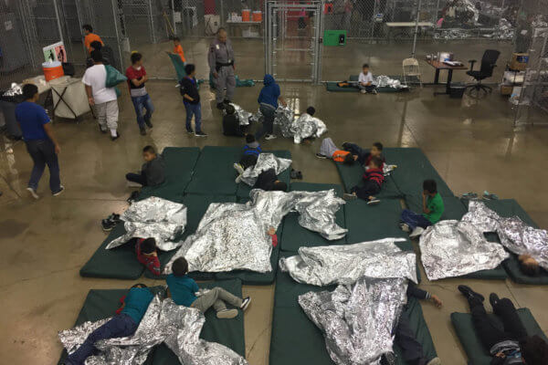 Niños en el centro de procesamiento centralizado del Valle del Río Grande del departamento de Aduadas y Protección de Fronteras en Texas. Fotografía: Reuters