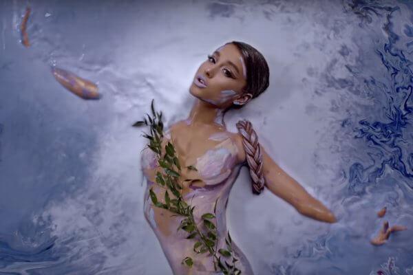 Ariana Grande en su video
