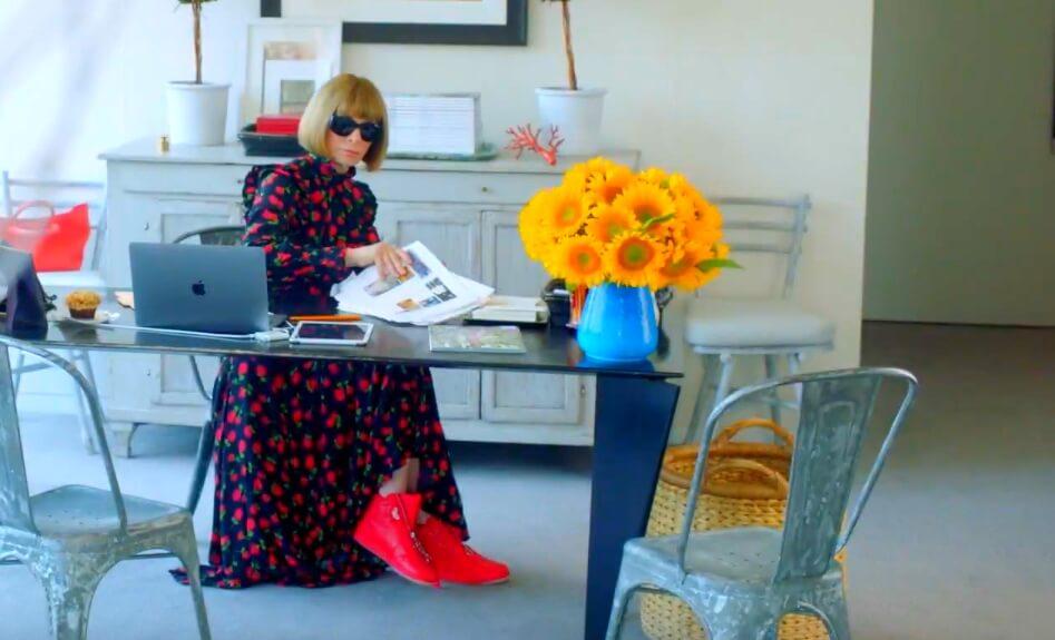 Anna Wintour en su oficina llevando puestos los AJI High Zip AWOK. Imagen: Vogue/Nike