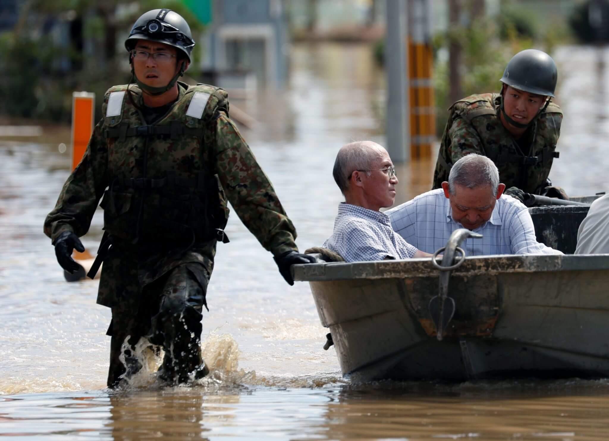 Soldados de la Fuerza de Autodefensa de Japón rescatan a personas de una zona inundada en la ciudad de Mabi en Kurashiki, Prefectura de Okayama, el 8 de julio. Fotografía: Reuters/ Issei Kato