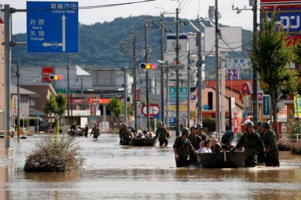 Soldados de la Fuerza de Autodefensa de Japón rescatan a personas de una zona inundada en Mabi. Fotografía: Reuters/Issei Kato
