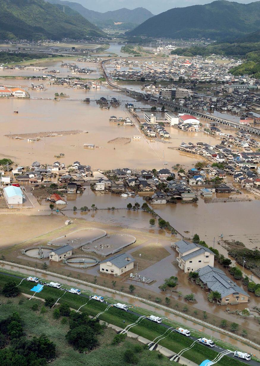 Las operaciones para descargar agua están en curso en una zona de viviendas sumergidas en Kurashiki, prefectura de Okayama, en Japón. Fotografía: AP