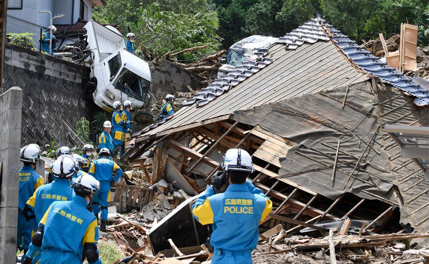 Los equipos de rescate se preparan para iniciar una misión de búsqueda de una persona desaparecida en el sitio de un deslizamiento de tierra en la ciudad de Kumano en Japón. Fotografía: AP
