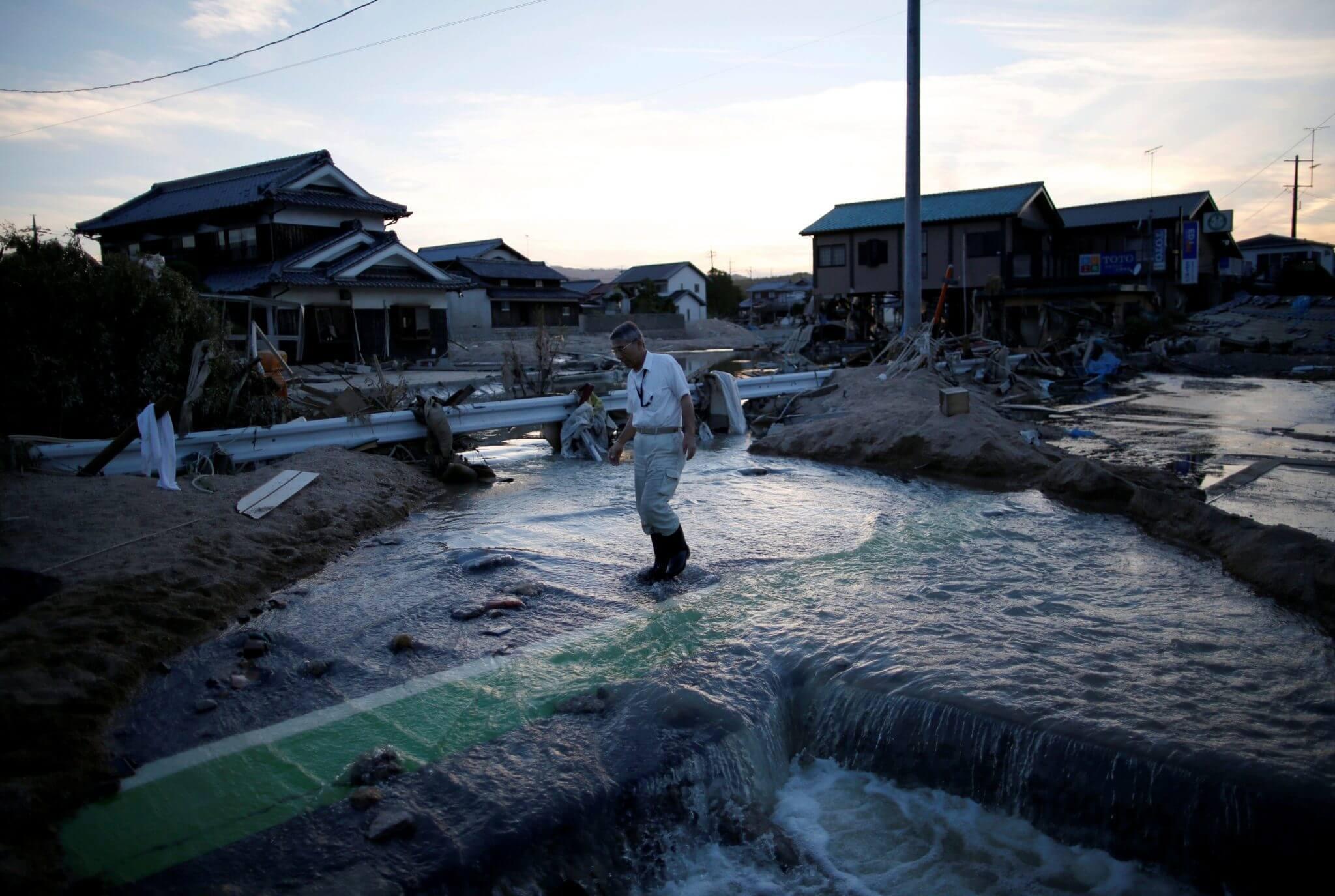 Un residente local camina en un área inundada en Mabi. Fotografía: Reuters/Issei Kato