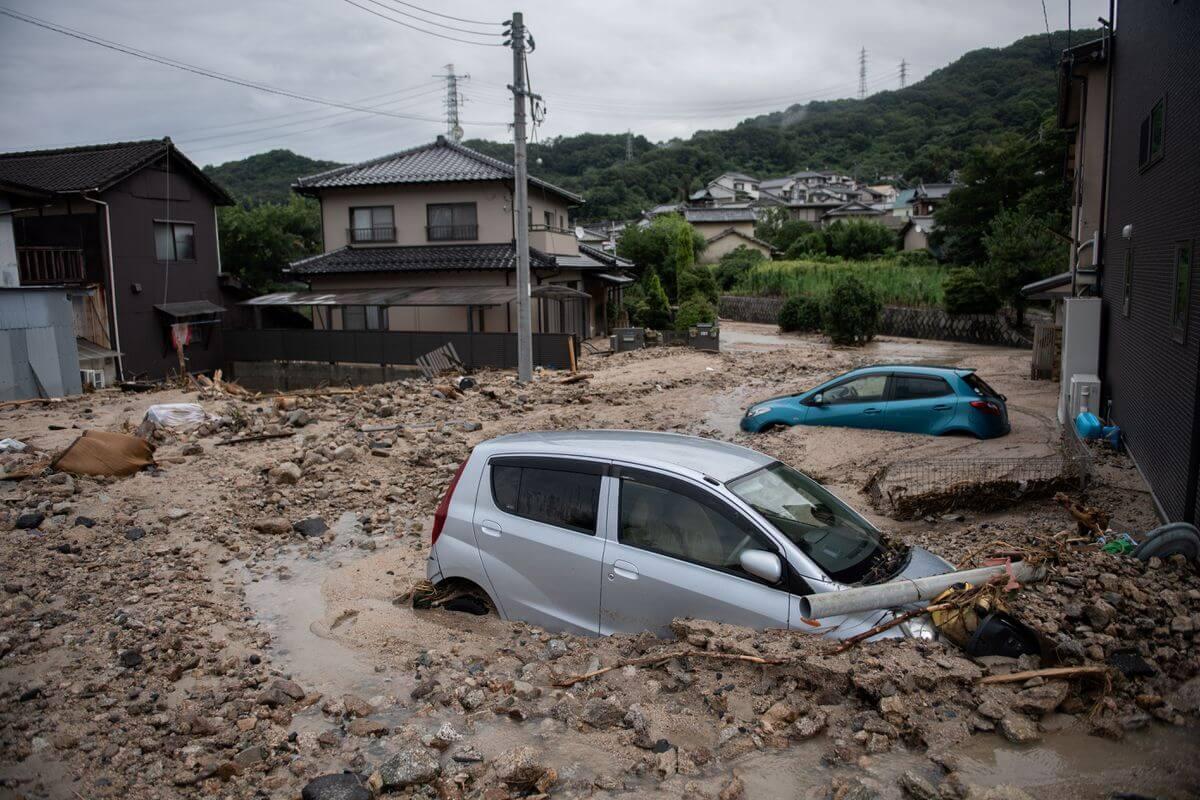 Coches atrapados en el barro después de las inundaciones en Saka, prefectura de Hiroshima el 8 de julio. Fotografía: Martin Bureau/AFP/Getty Images