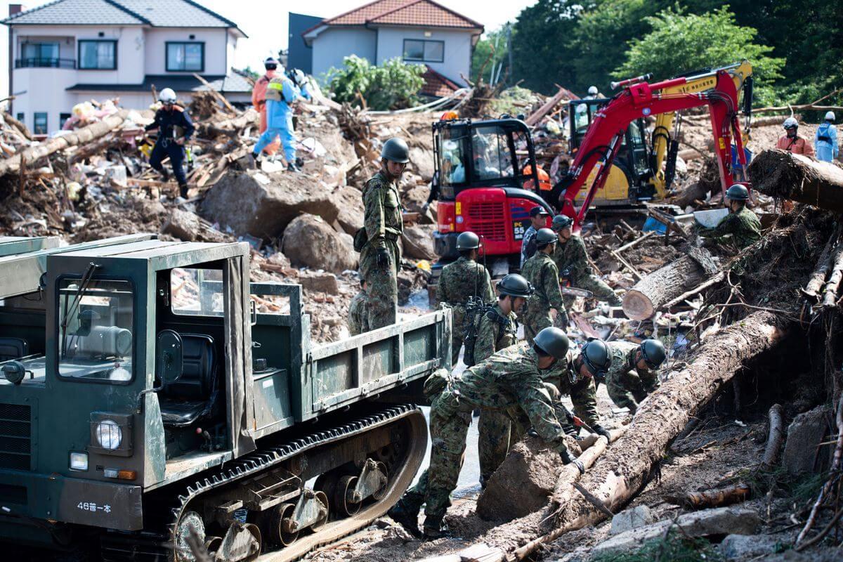 Rescatistas y soldados limpian escombros esparcidos en una calle en una zona afectada por inundaciones en Kumano, prefectura de Hiroshima. Fotografía: Martin Bureau/AFP/Getty Images