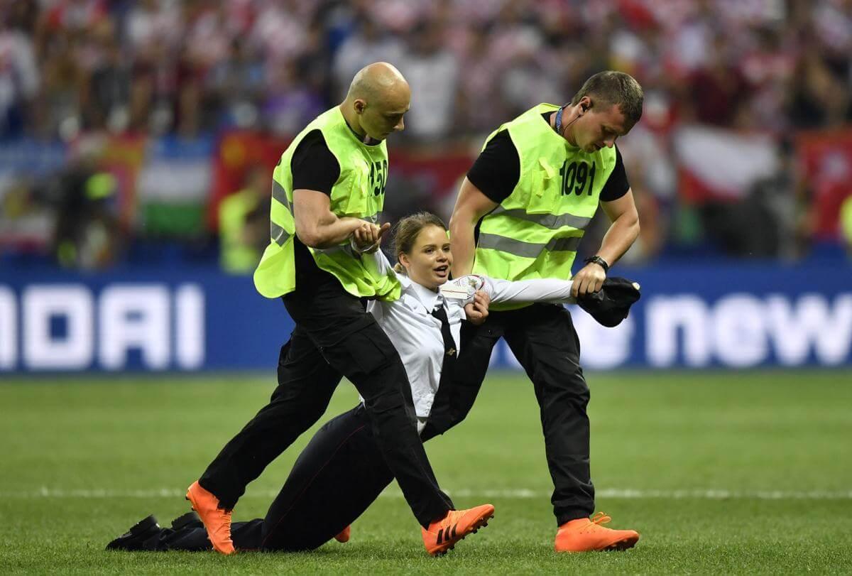 Pussy Riot invadieron el campo en la final del Mundial de Fútbol como protesta