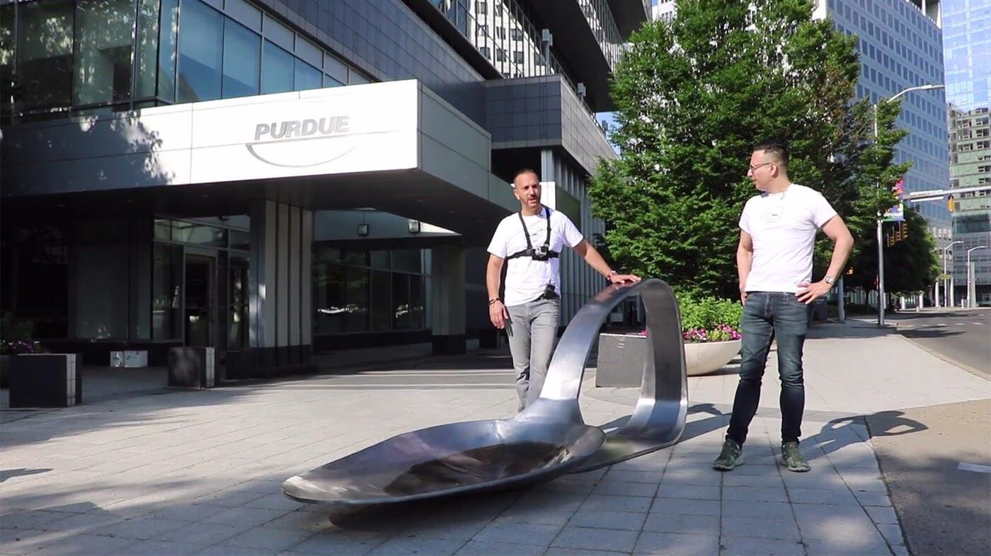 Domenic Esposito y Fernando Alvarez al lado de la escultura. Fotografía: Fernando Luis Alvarez Gallery