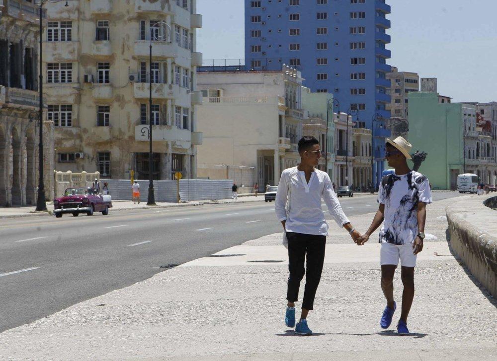Pareja gay en La Habana. Fotografía: Yander Zamora/El País