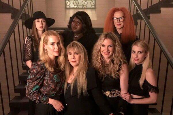 El elenco de American Horror Story: Coven reunido para la nueva temporada. Fotografía: Ryan Murphy/Twitter