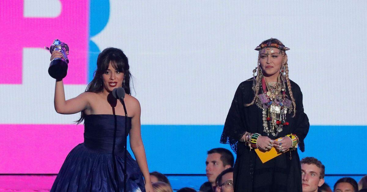 Camila Cabello recibiendo el premio Video del Año en los MTV VMAs 2018. Fotografía: Getty