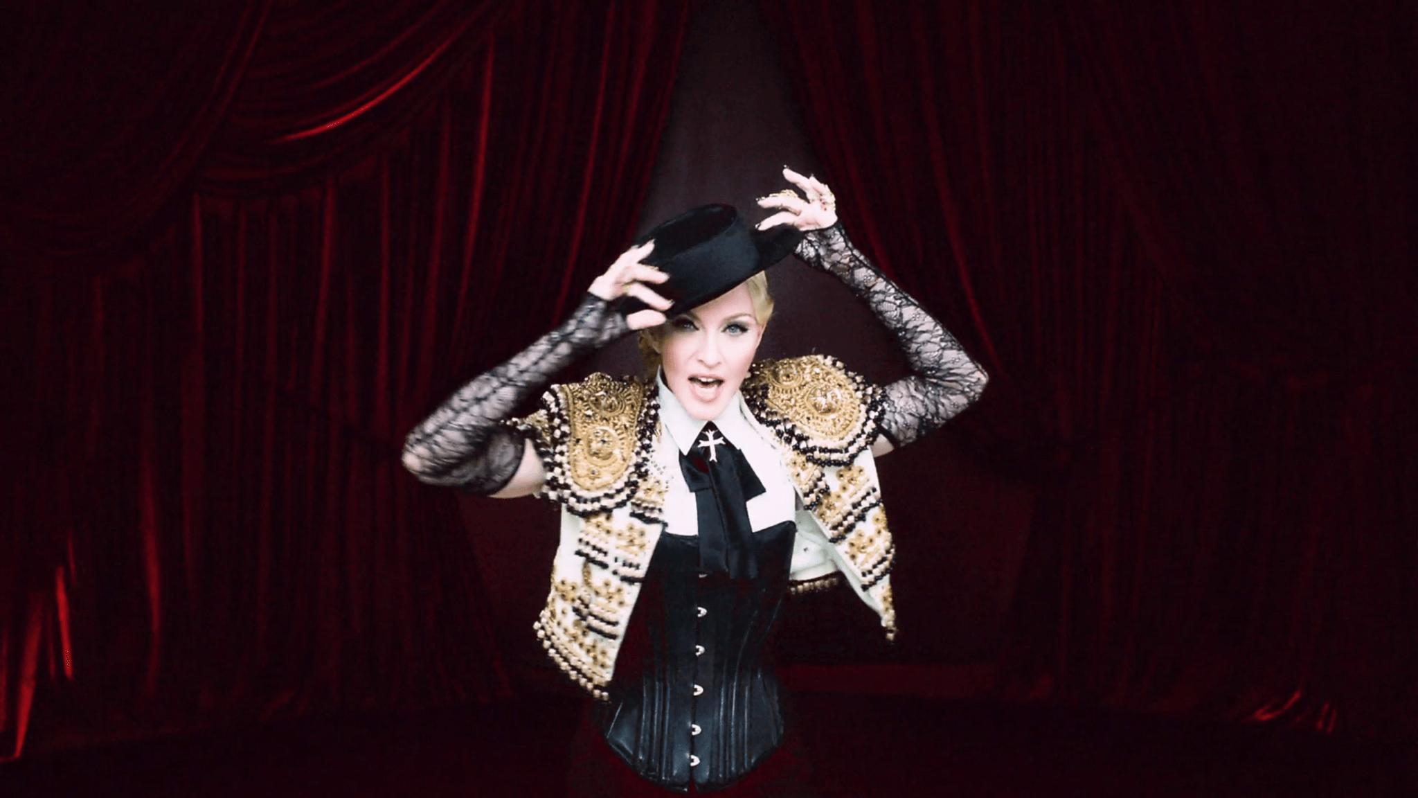 """Madonna en el video """"Living For Love""""."""