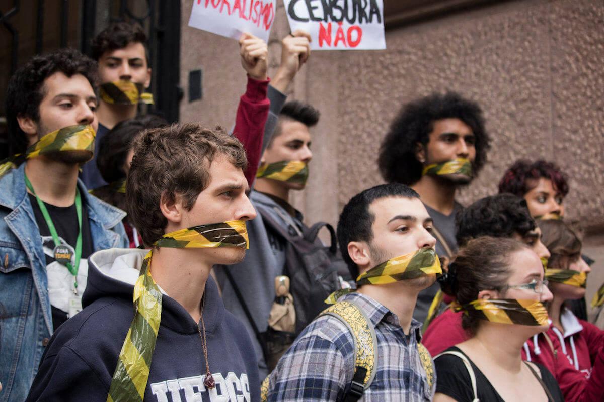 Una protesta a las afueras del Centro Cultural Santander de Porto Alegre el año pasado luego del cierre de la exhibición. Fotografía: Clara Godinho/Editorial J