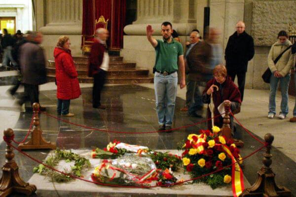 Un hombre hace el saludo fascista frente a la tumba de Francisco Franco. Fotografía: Reuters
