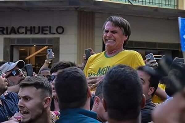 El momento en el que el candidato Jair Bolsonaro es apuñalado el día de ayer. Imagen: Raysa Leite/AFP
